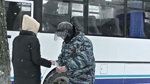 В Ярославле во время несанкционированного митинга сотрудник Росгвардии оказал помощь девушке, поранившей руку