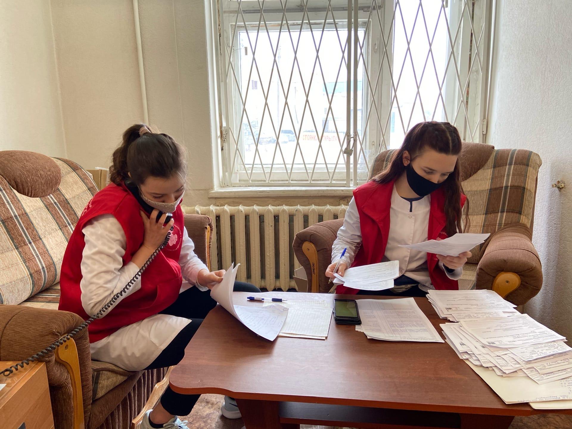 Добровольцы помогают медикам в организации процесса вакцинации в Ярославской области