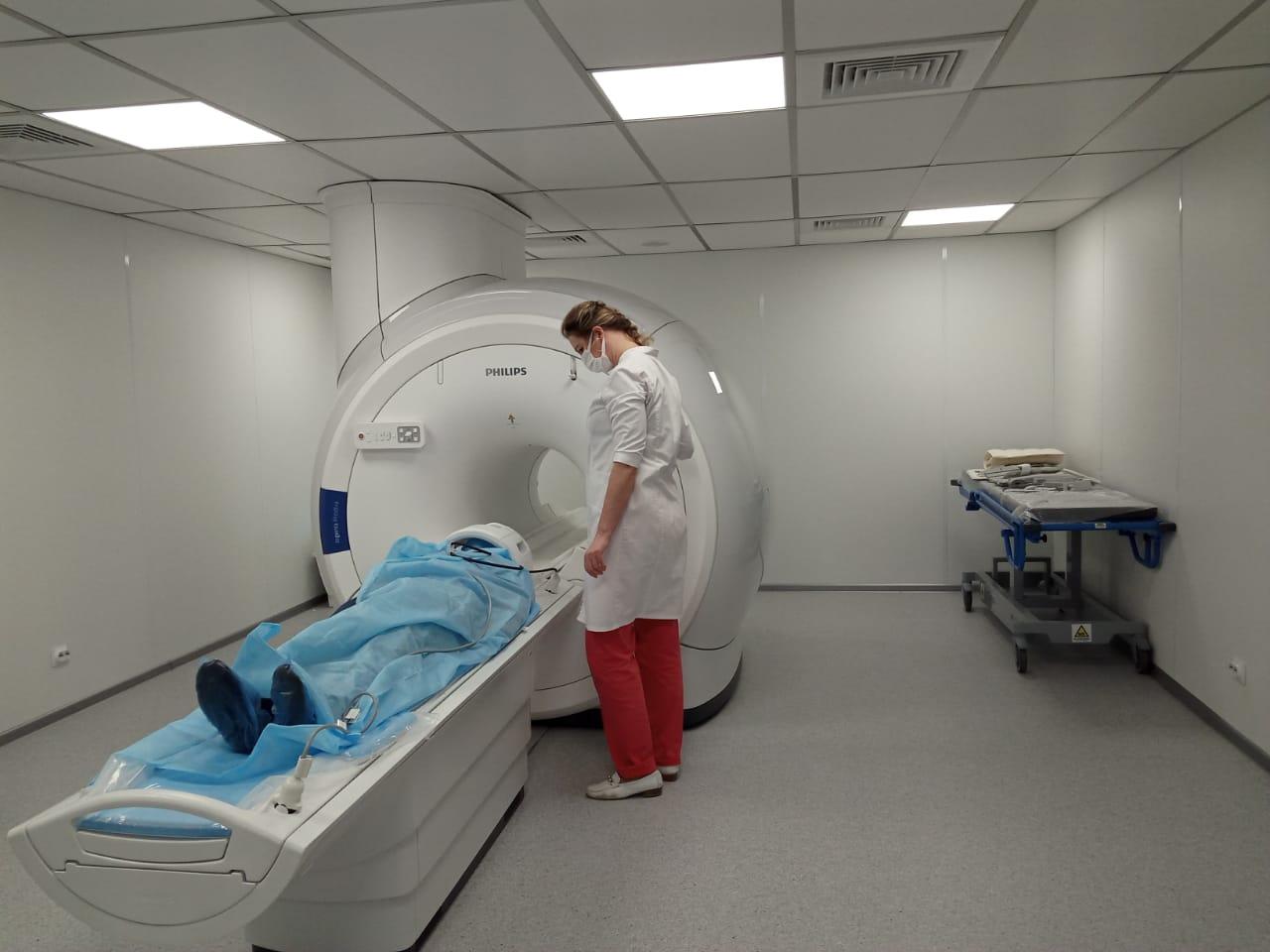 Врачи областной больницы начали обследовать наиболее тяжелых пациентов на новом магнитно-резонансном томографе