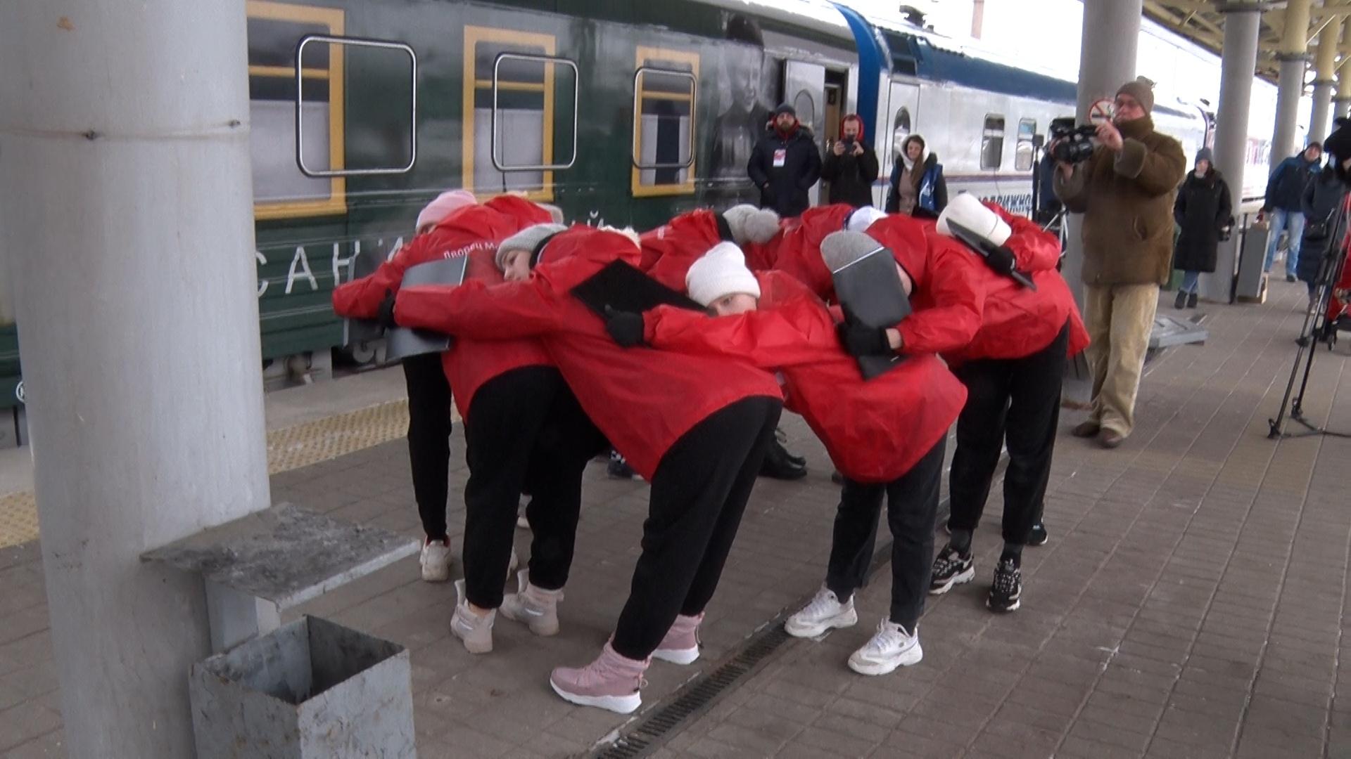 Молодежный флешмоб, посвященный старту Года науки и технологий, прошел у «Поезда Победы»