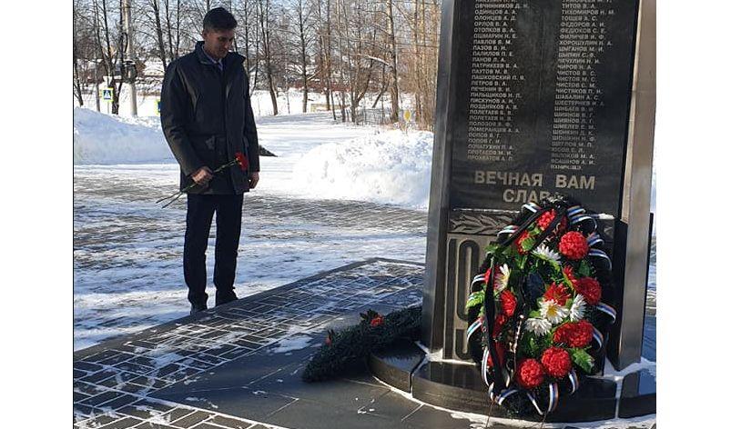 Председатель муниципалитета в преддверии 23 февраля возложил цветы к памятнику в Ярославле