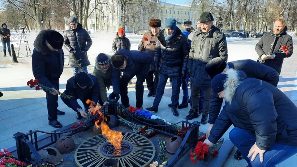 В Ярославле депутаты областной Думы возложили цветы к Вечному огню