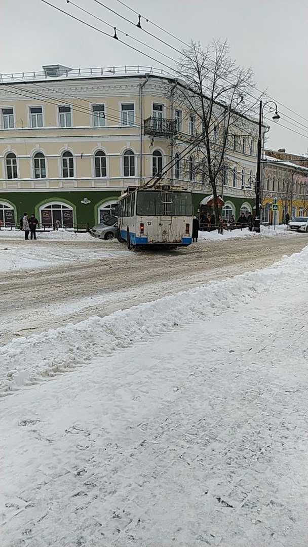 Водитель застрял в кабине: в Рыбинске троллейбус снес с дороги легковушку