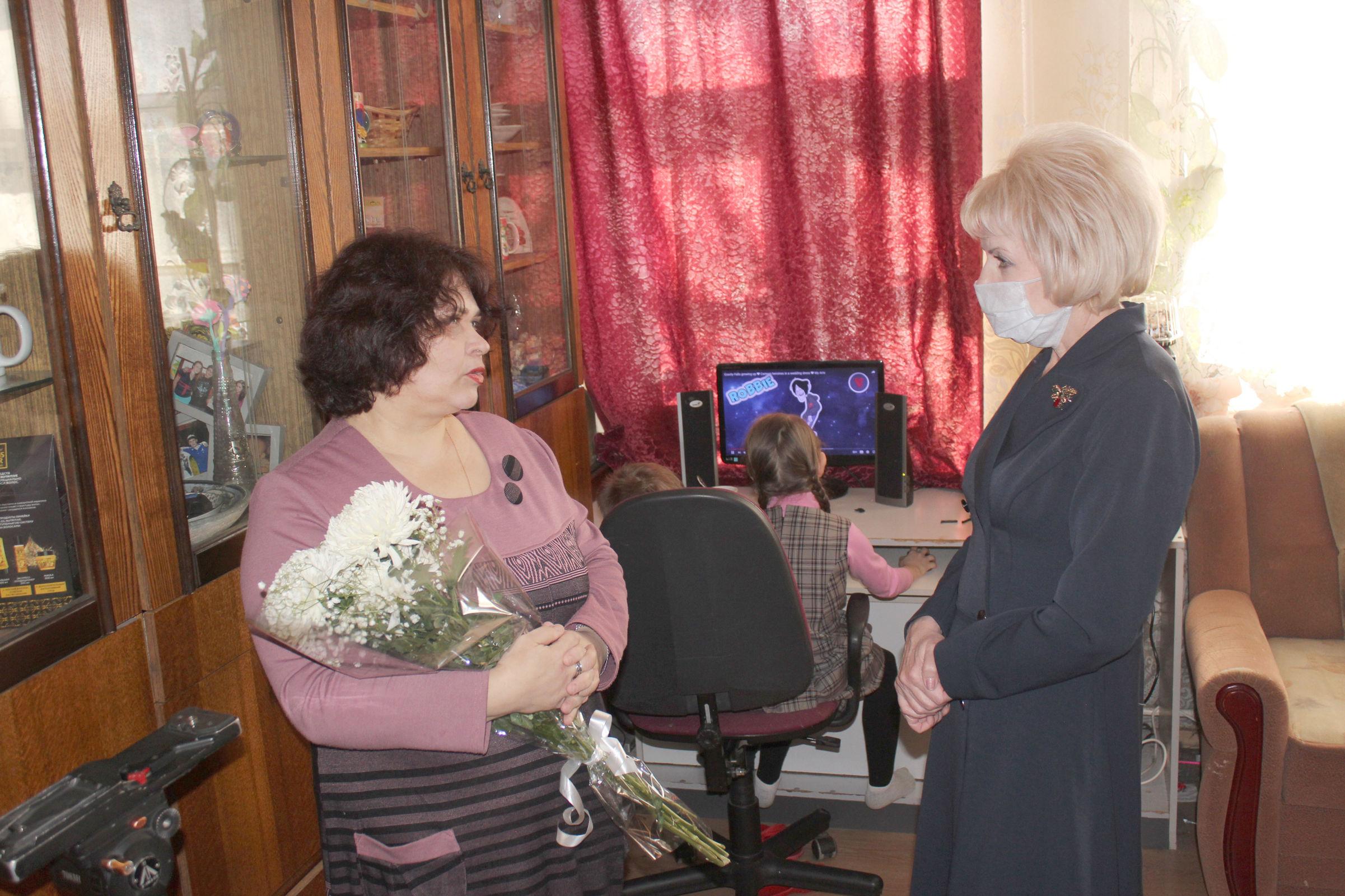 Депутат Лариса Ушакова: наши героические женщины заслуживают особого внимания!