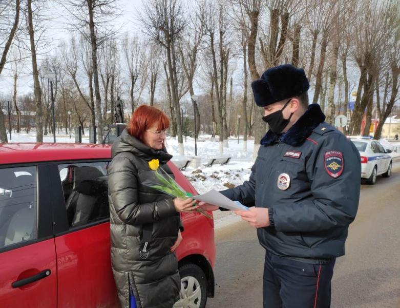 В Ярославской области сотрудники ГИБДД поздравили женщин-водителей с Международным женским днем