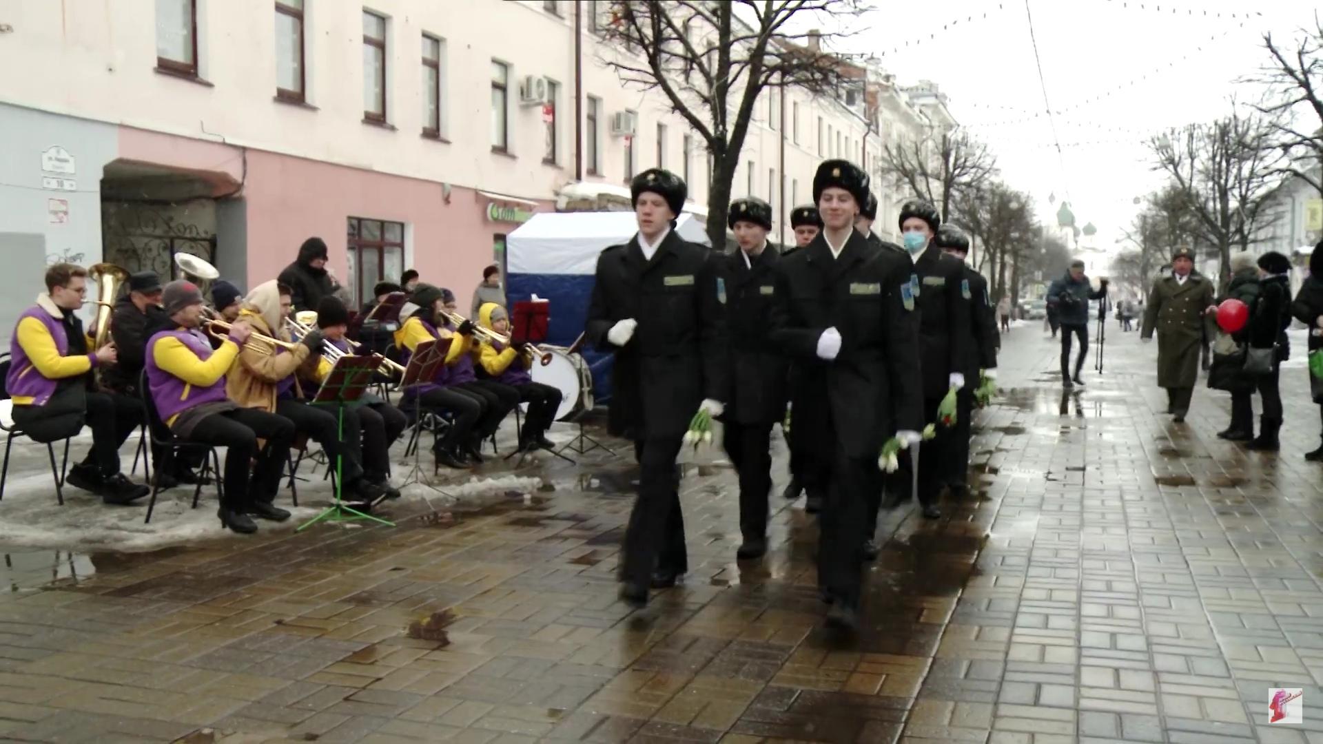 В Ярославле под звуки оркестра кадеты дарили дамам цветы