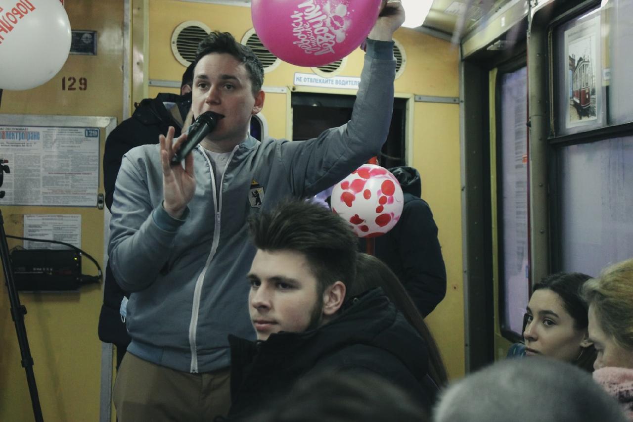 В Ярославле женщин поздравили в музыкальном трамвае
