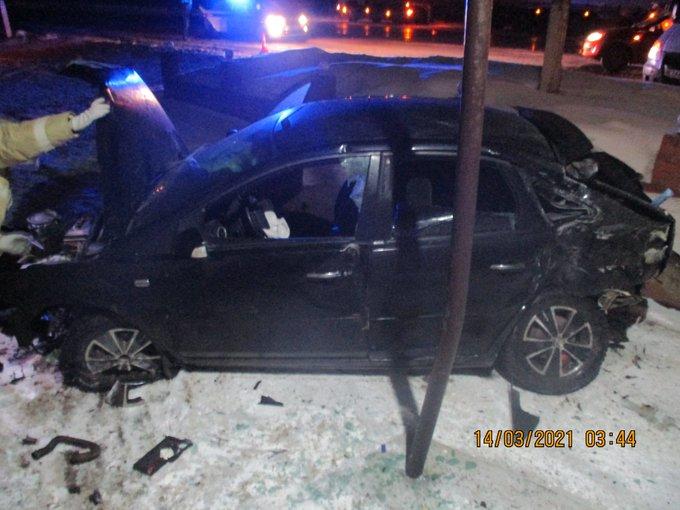 На трассе в Ярославской области иномарка врезалась в фонарь и протаранила ВАЗ: пострадала женщина