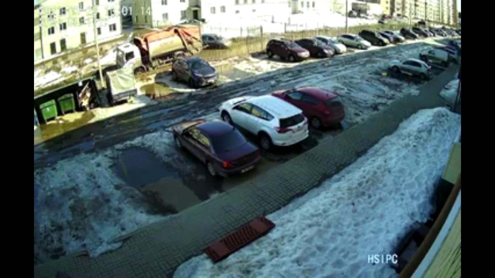 В Ярославском районе мусоровоз провалился в яму: видео