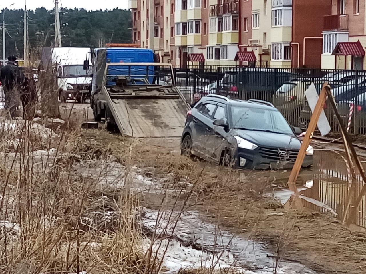 В луже за Волгой продолжают тонуть автомобили, несмотря на появившийся необычный дорожный знак