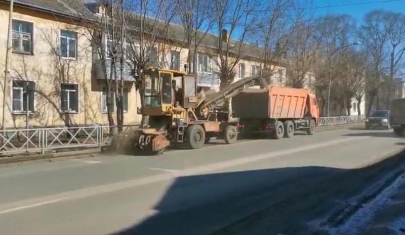 В Рыбинске начали пылесосить улицы: дороги будут убирать круглосуточно