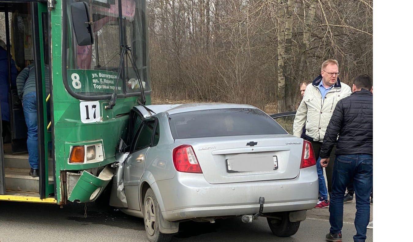 Водителя вырезали из машины: в Ярославле иномарка въехала под троллейбус