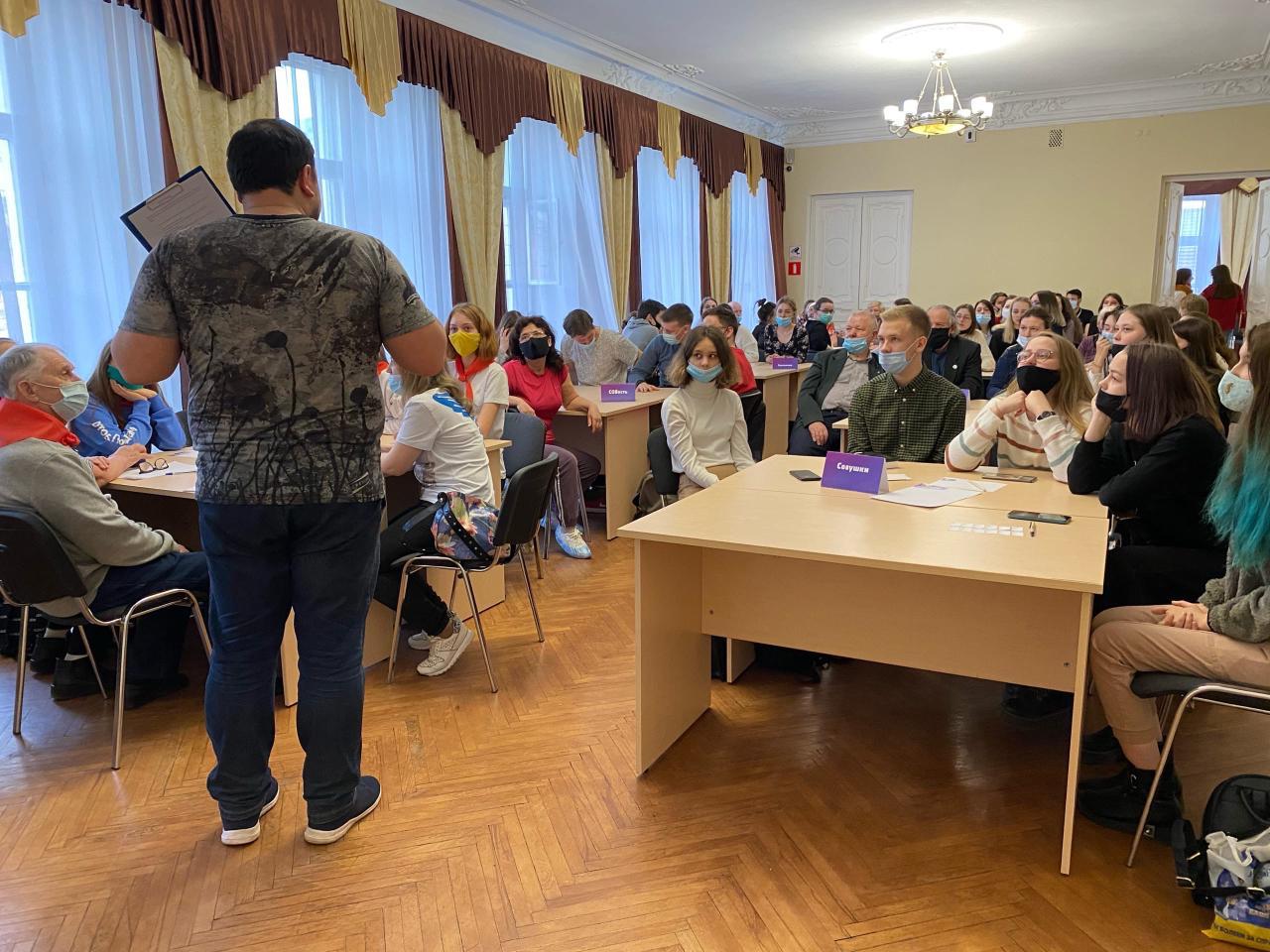 Вручены первые 15 личных книжек «серебряных» волонтеров