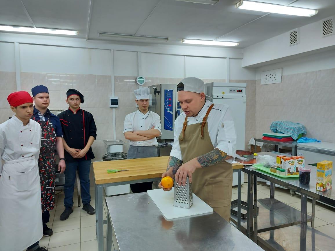 Шеф-повара проводят мастер-классы для студентов в рамках фестиваля постной кухни