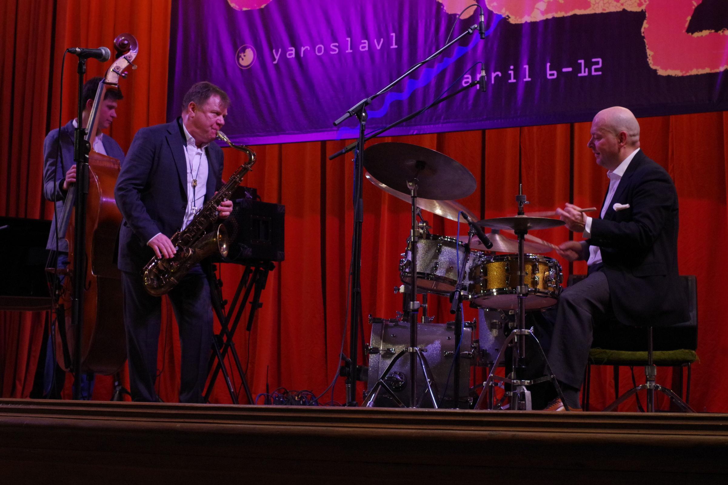 «Джаз над Волгой»: квинтет Игоря Бутмана и поющий пианист Олег Аккуратов завоевали внимание зала