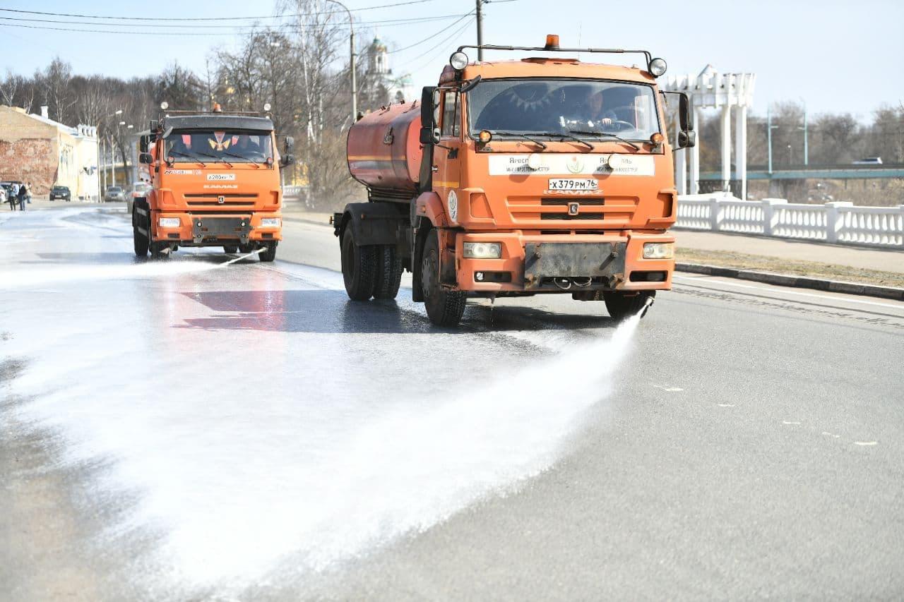 В Ярославле дороги моют специальным шампунем