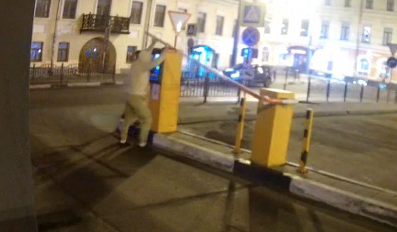 Вандалы в центре Ярославля дважды сломали шлагбаум на платной парковке
