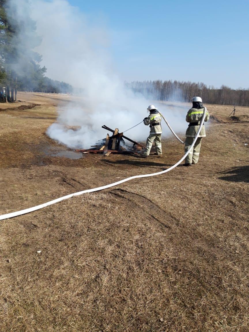 В Ярославской области специалисты отрабатывают практические навыки по борьбе с огнем