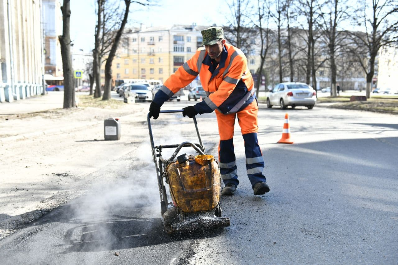 В Ярославле рабочие залатали 8 тысяч ям на дорогах