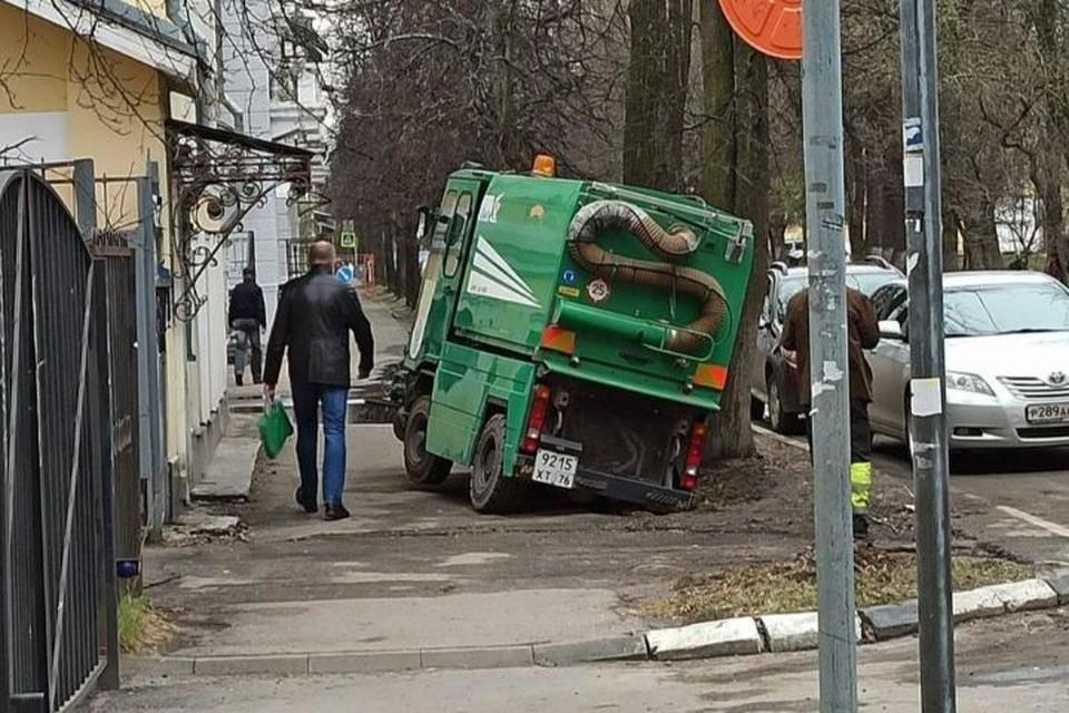 В Ярославле уличный пылесос застрял в дорожной яме