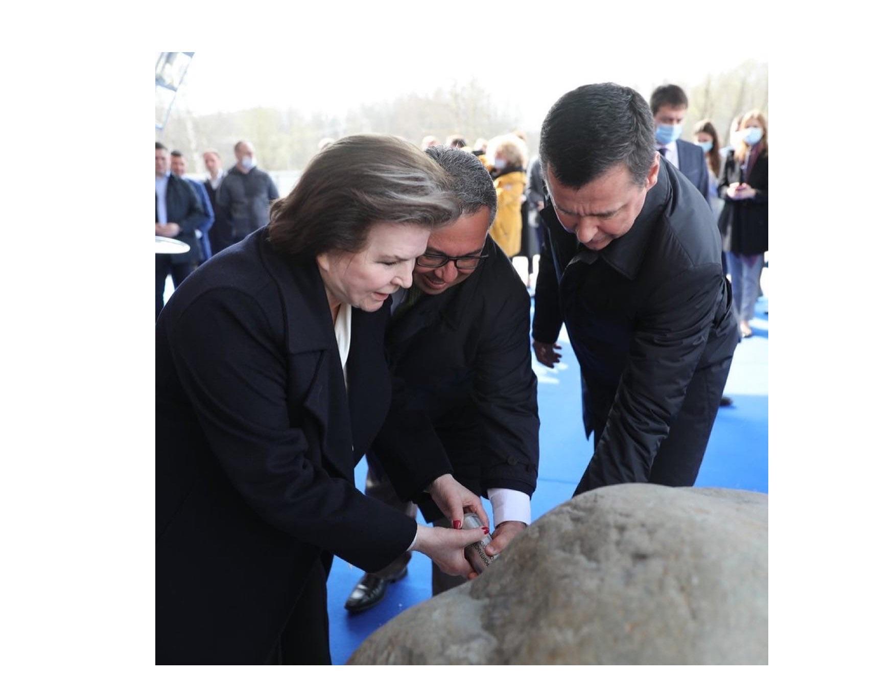 Дмитрий Миронов заложил капсулу времени с посланием потомкам на месте строительства волейбольного центра в Ярославле