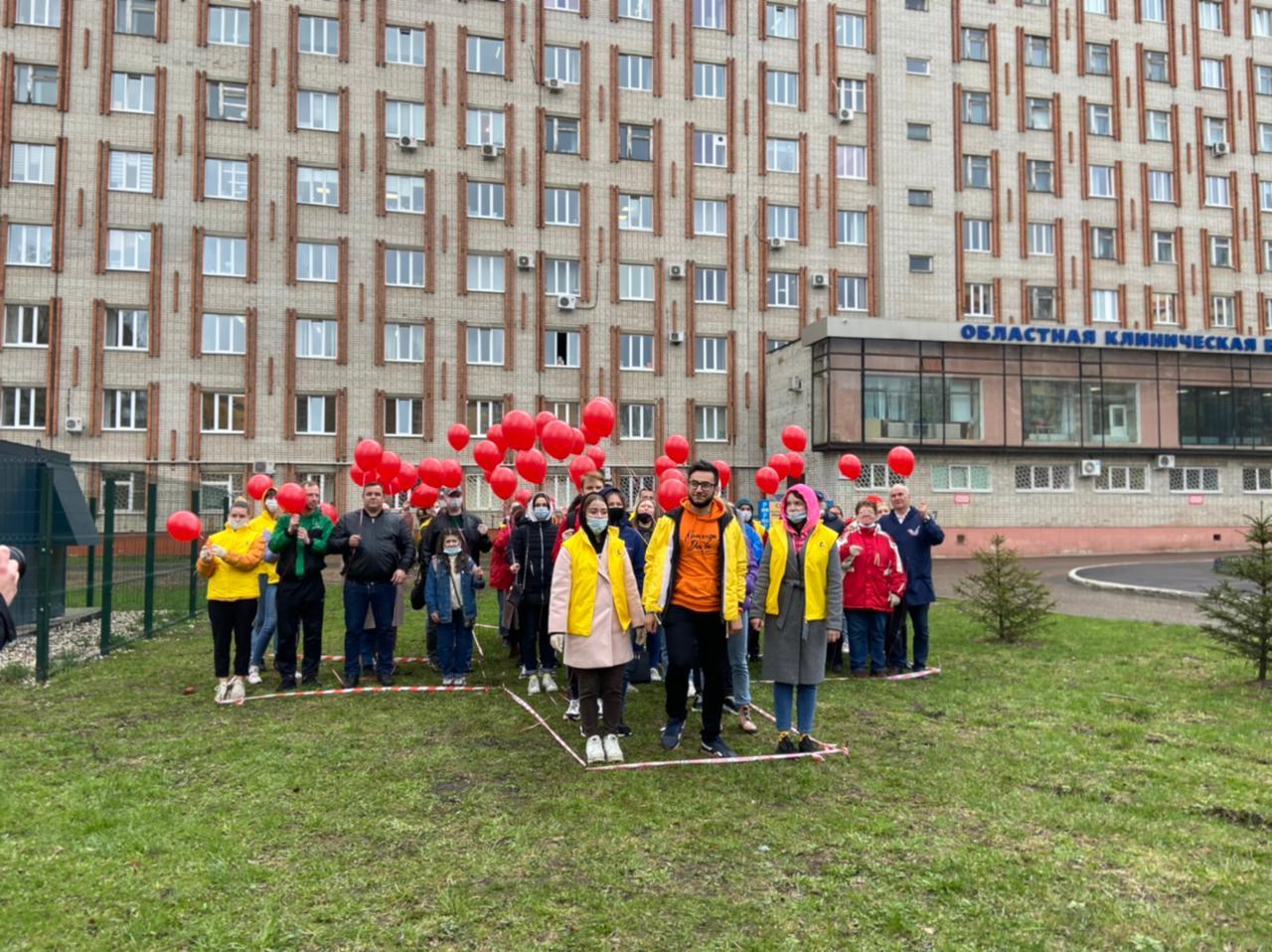 Волонтеры поздравили работников скорой медицинской помощи с профессиональным праздником