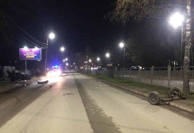 На проспекте Авиаторов в Ярославле парень на иномарке врезался в забор: двое пострадавших