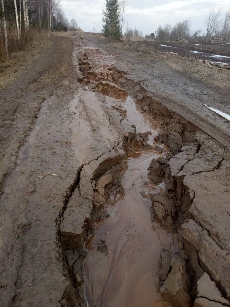 После сообщений от жителей в Ярославской области восстановят размытую дорогу к деревне