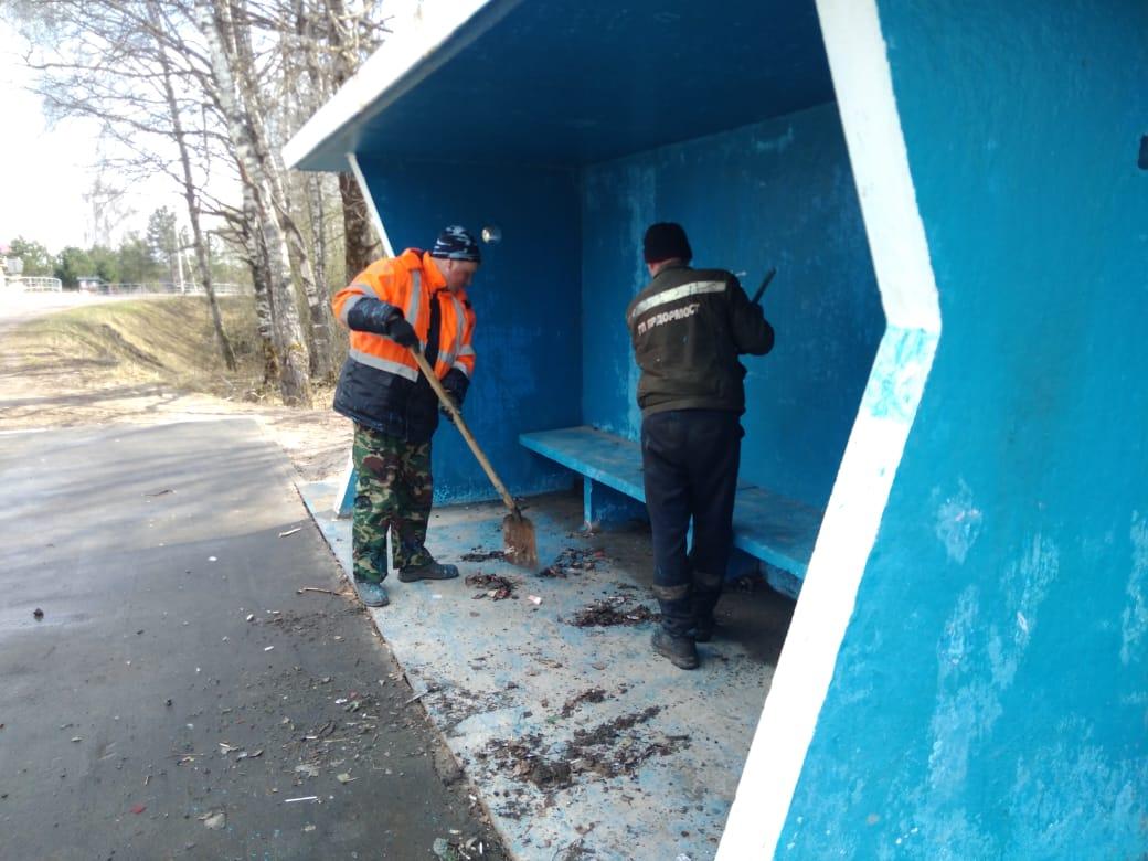 На дорогах Ярославской области убирают зимний мусор и обновляют знаки и разметку