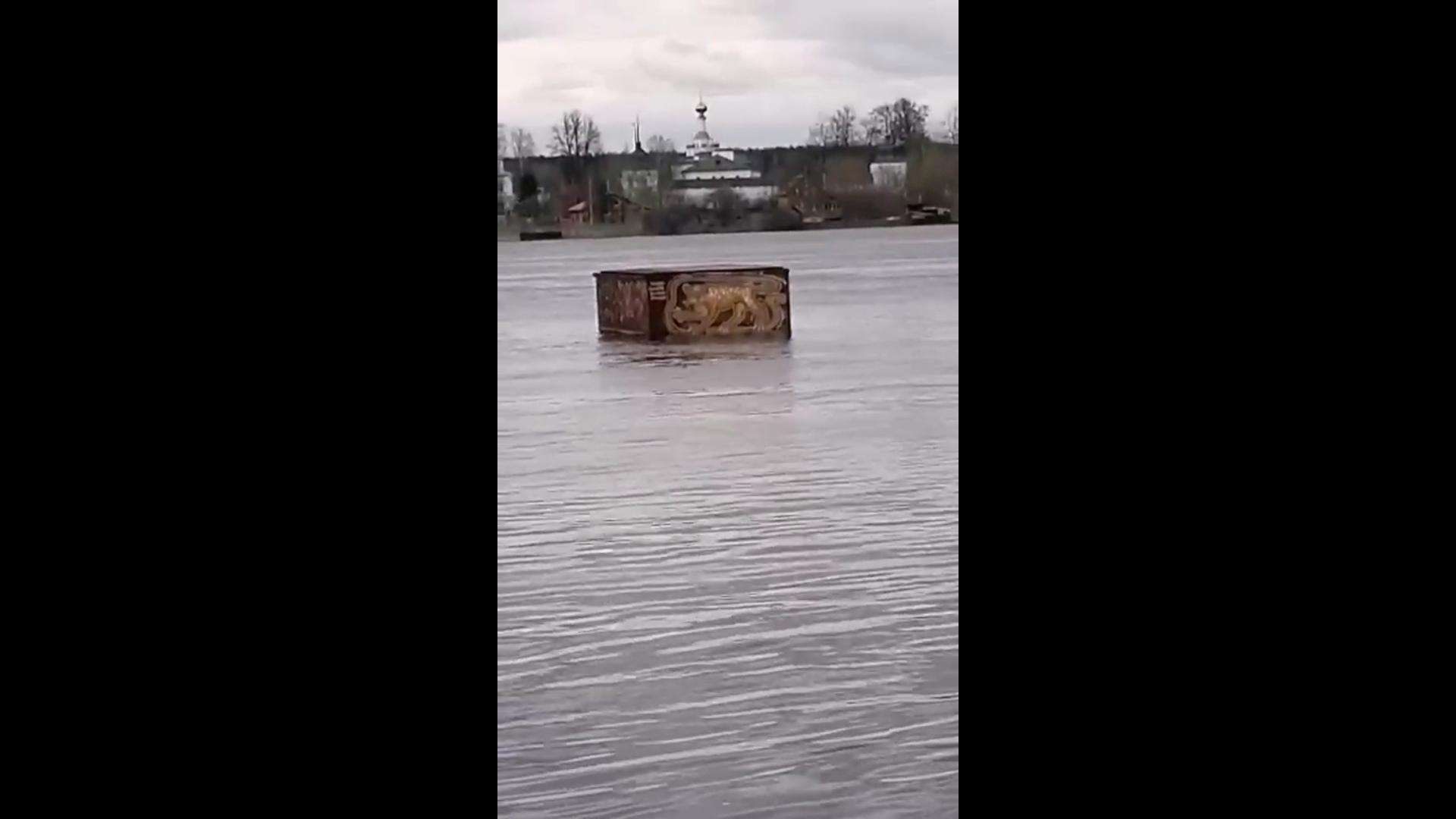 Ярославцы сфотографировали плывущий по Волге понтон