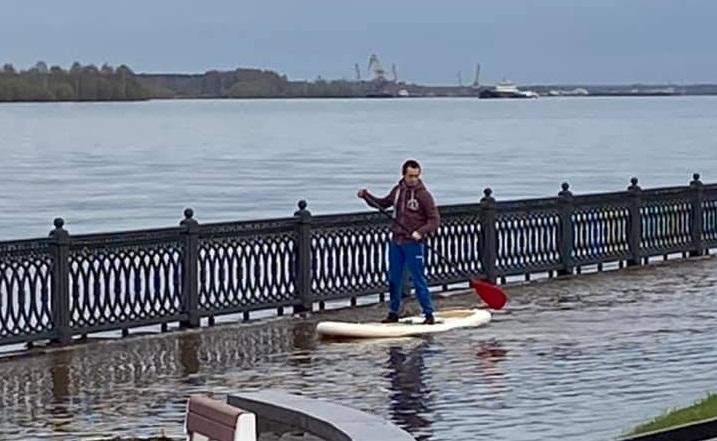 Ярославцы устроили катания на сапах на затопленной набережной