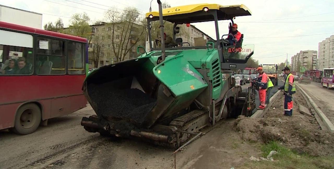 На проспекте Машиностроителей в Ярославле приступили к укладке асфальта