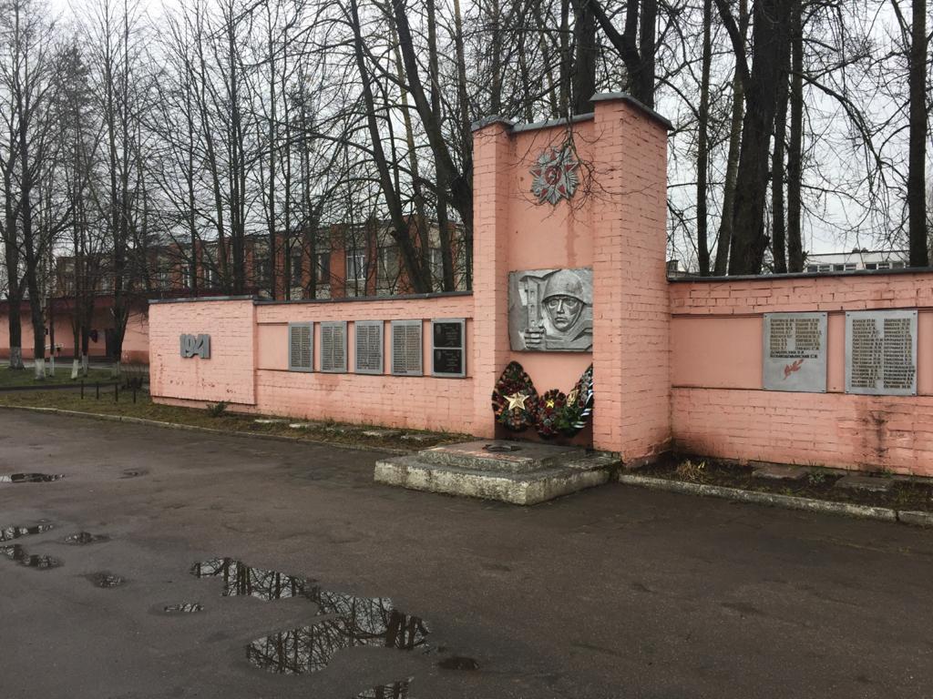 Жители поселка Кузнечиха привели в порядок территорию у памятника погибшим участникам войны
