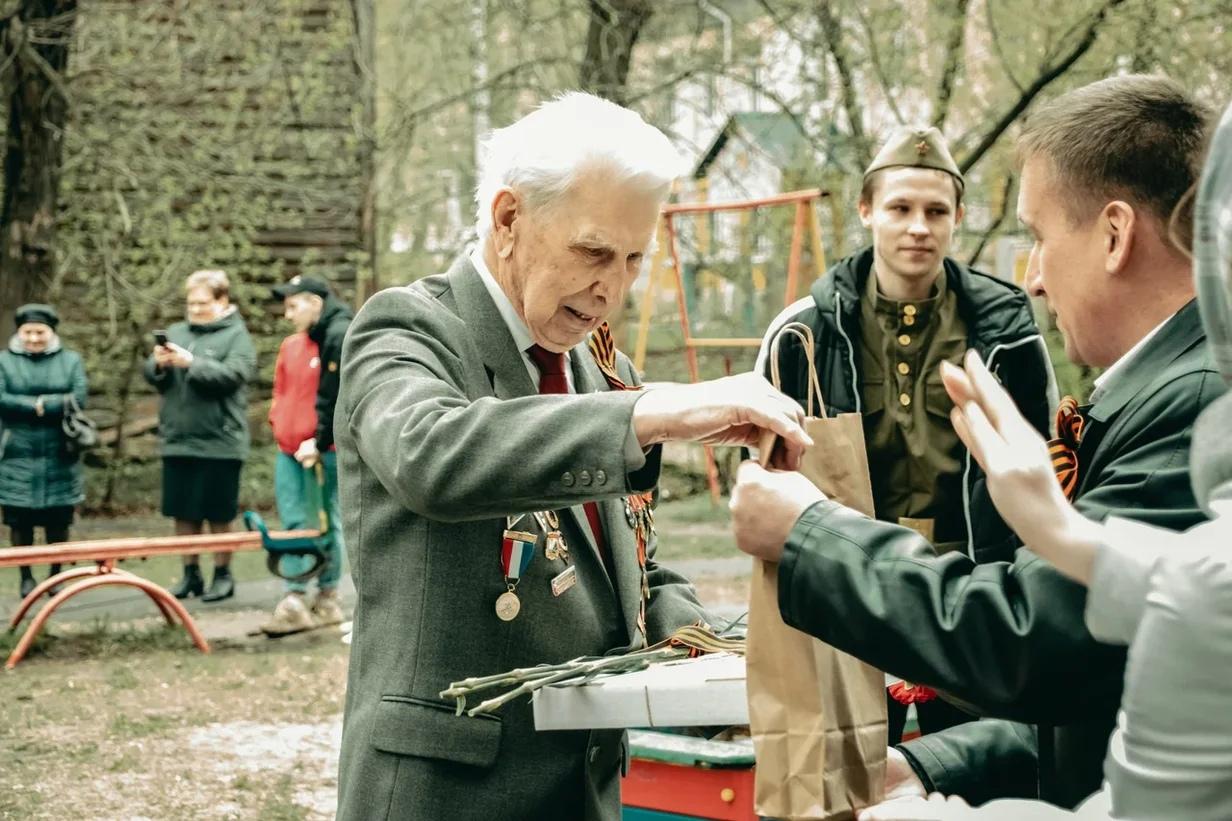 Во дворах Ярославля прошли концерты для ветеранов Великой Отечественной войны