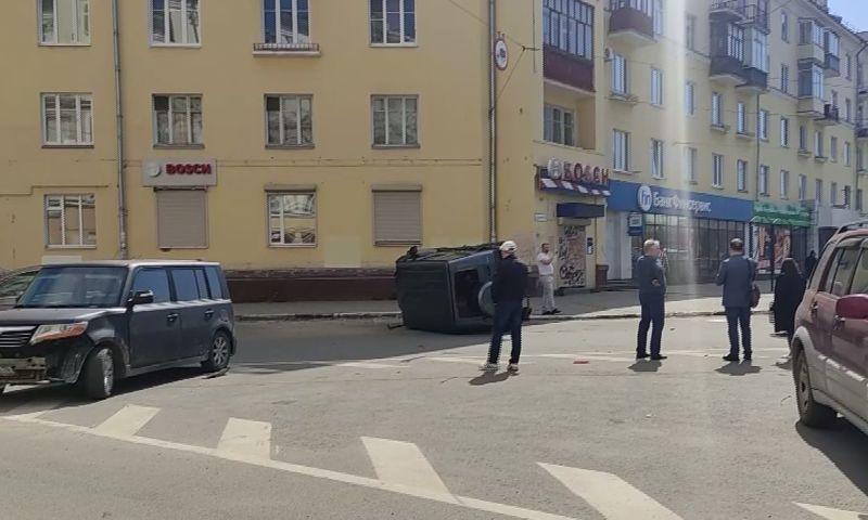 В центре Ярославля после столкновения с маршруткой перевернулся «Гелентваген»