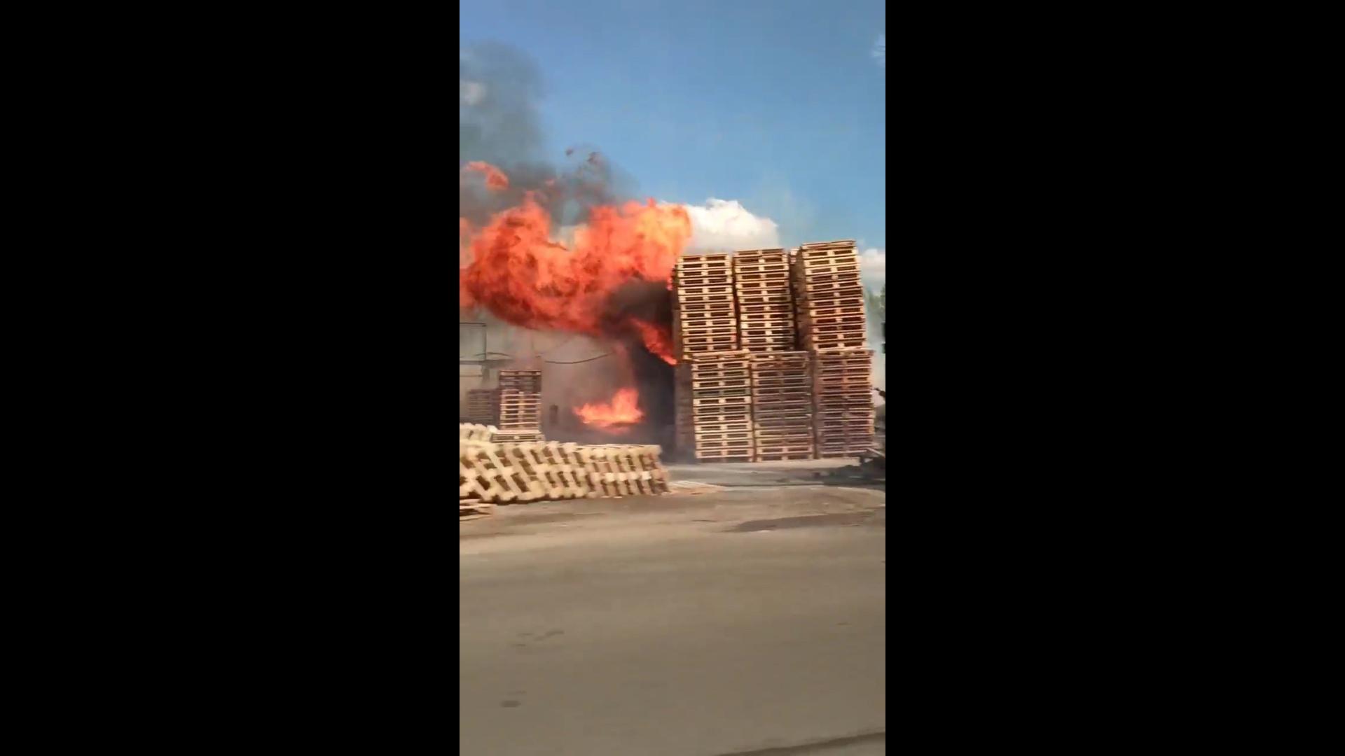 В сети появилось видео пожара в Ярославле: горела гора деревянных палет