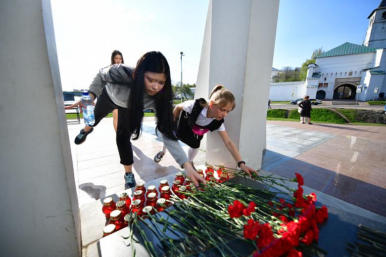 Ярославцы приносят цветы к часовне Казанской иконы Божией Матери в память о погибших в Казани