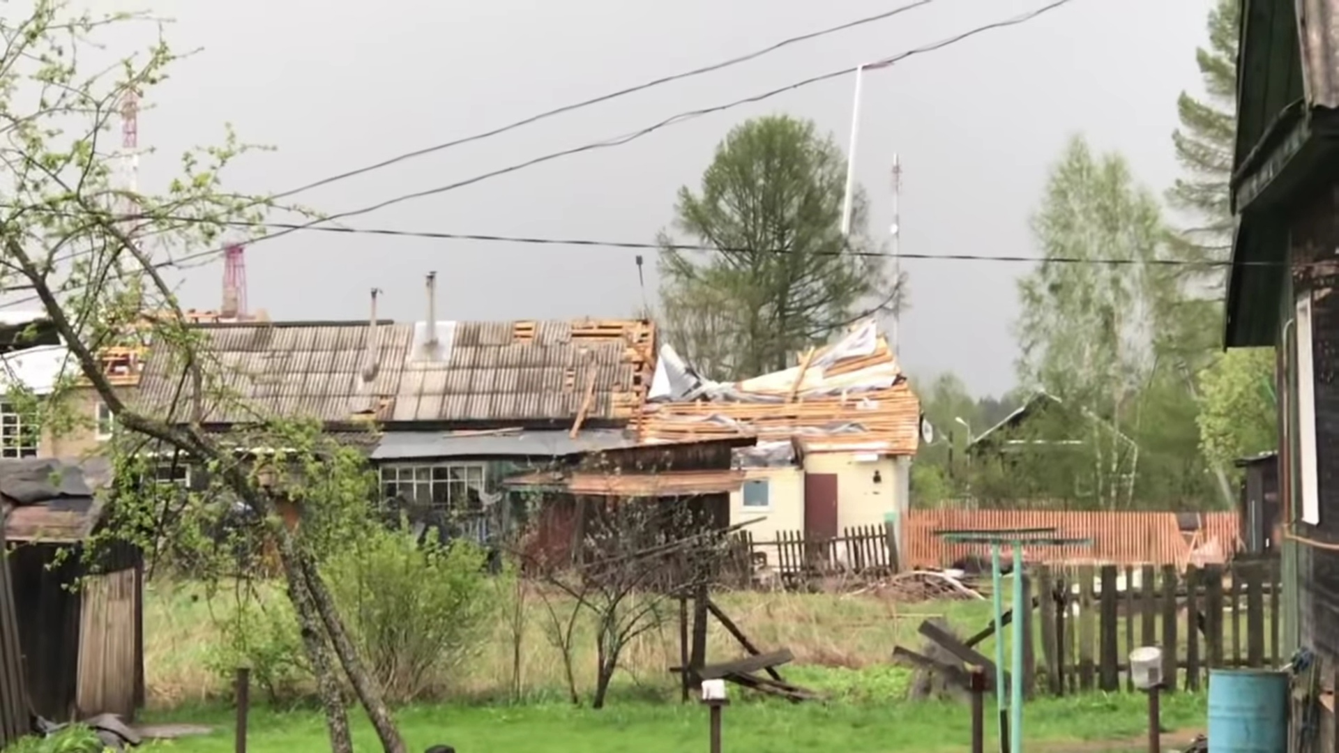 В Любиме ветер сорвал крыши с 17 жилых домов: кадры последствий стихии
