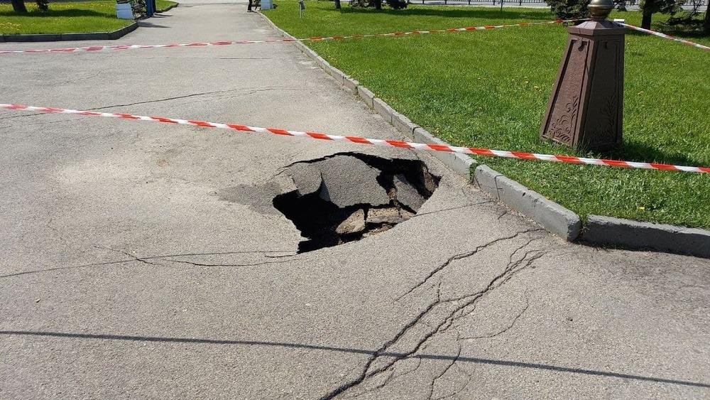 В центре Ярославля у Знаменской башни провалился асфальт