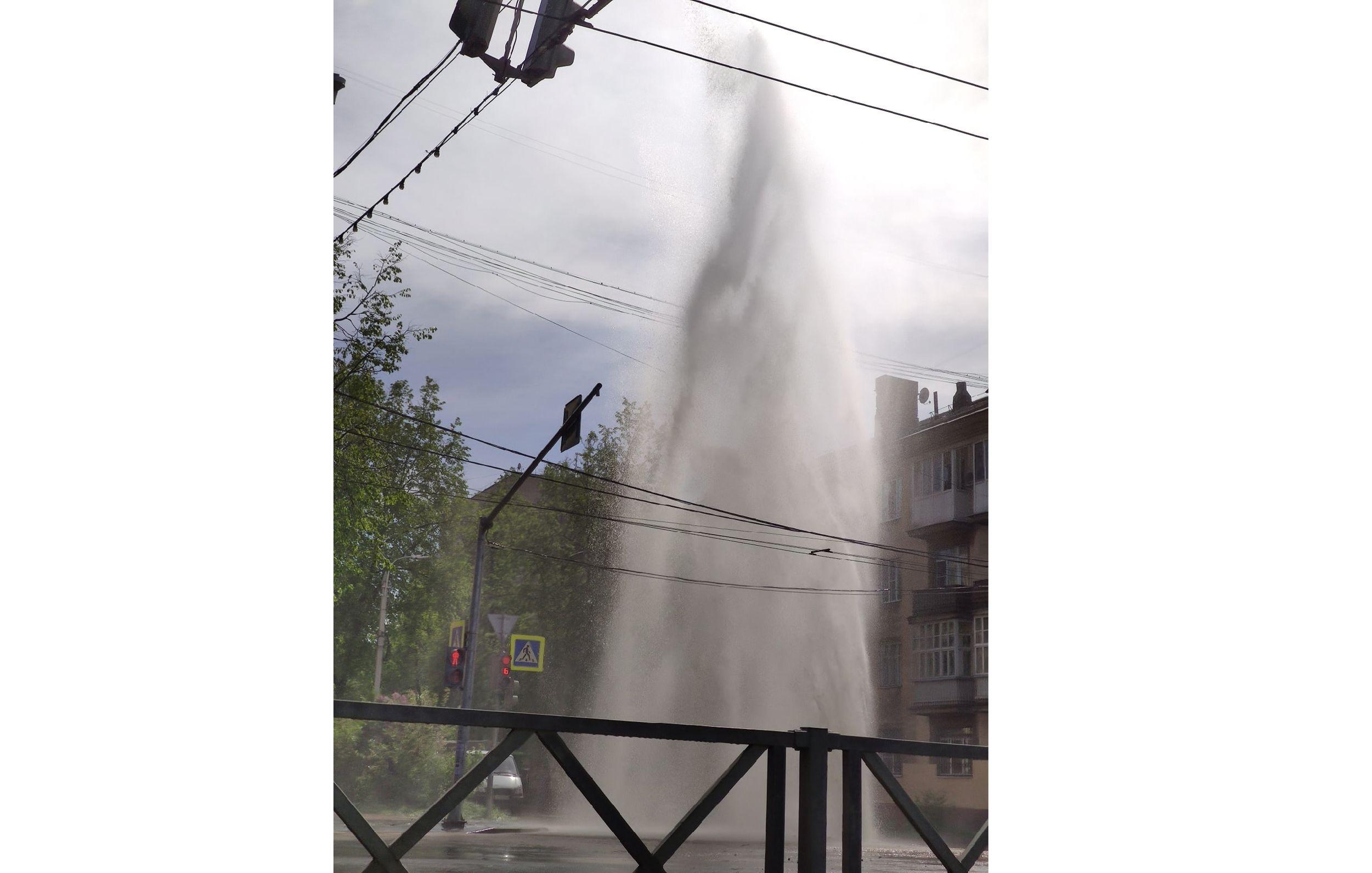 В центре Ярославля на перекрестке из-под земли забил высокий фонтан
