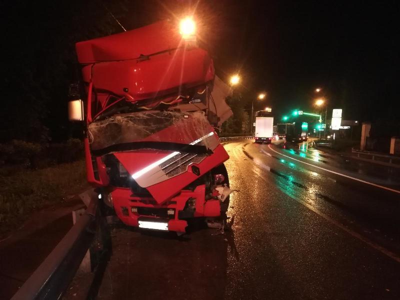 В Ярославской области лоб в лоб столкнулись две фуры, пострадал один из водителей