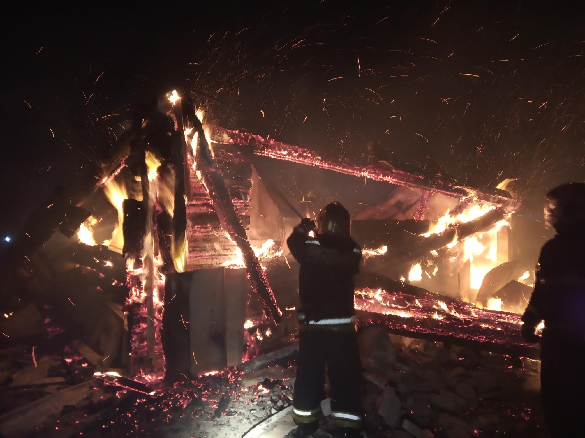 Крупный пожар на лесопилке в Ярославской области уничтожил семь строений
