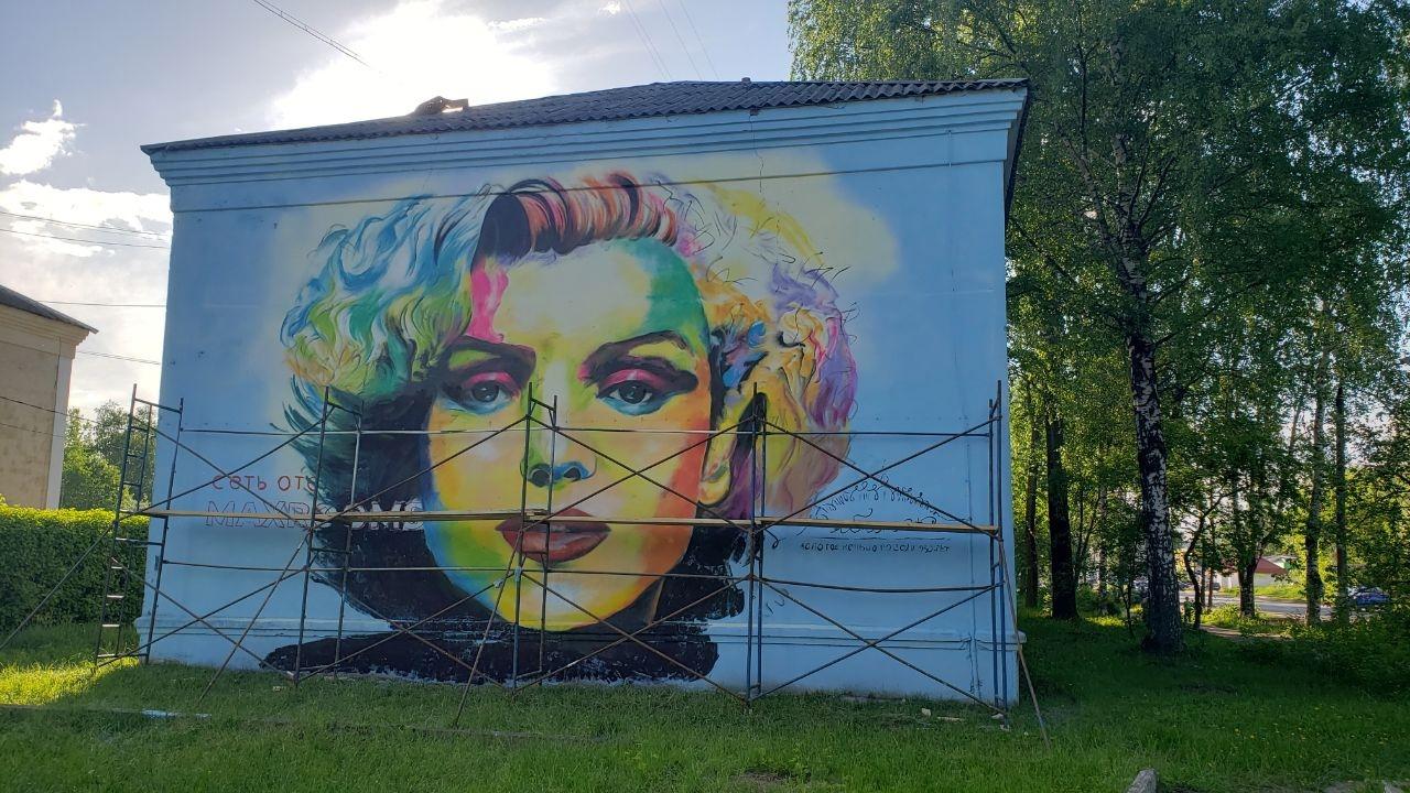 В Рыбинске поселилась Мэрилин Монро: огромный портрет появился на фасаде дома