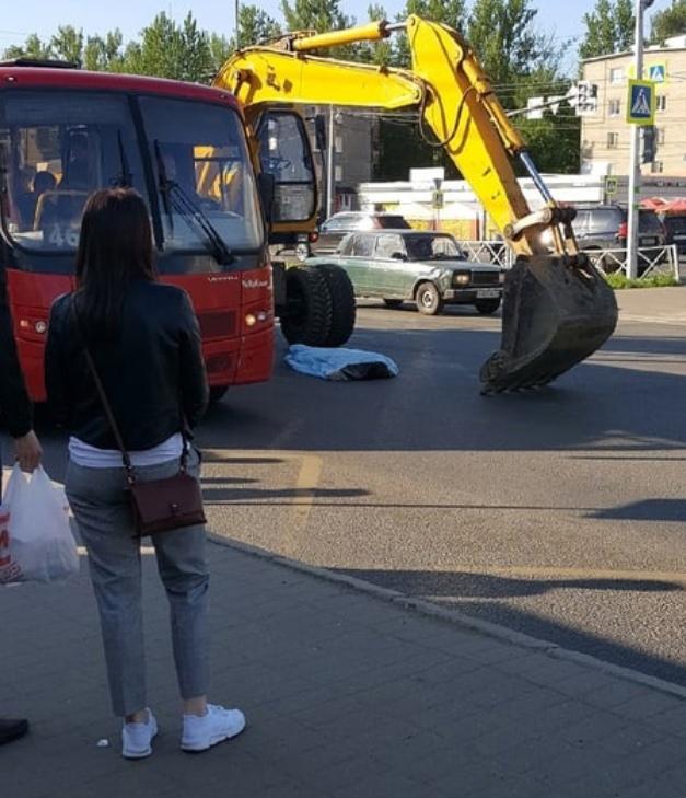 В Ярославле пешеход погиб под колесами экскаватора