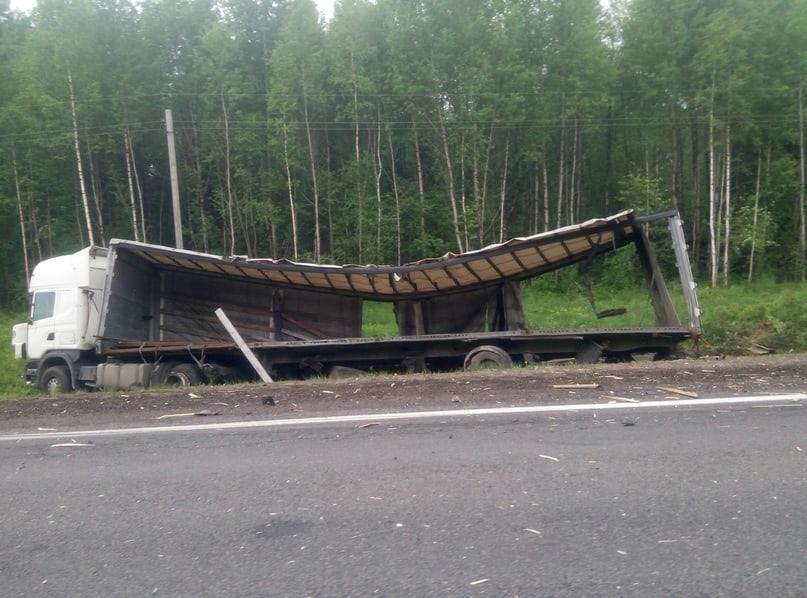 В Ярославской области столкнулись три фуры: один из водителей госпитализирован