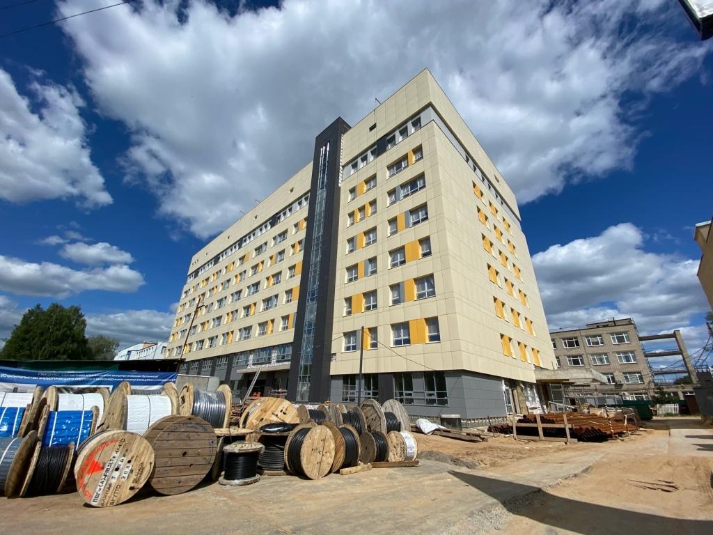 В новом корпусе областной онкологической больницы ведут отделочные работы