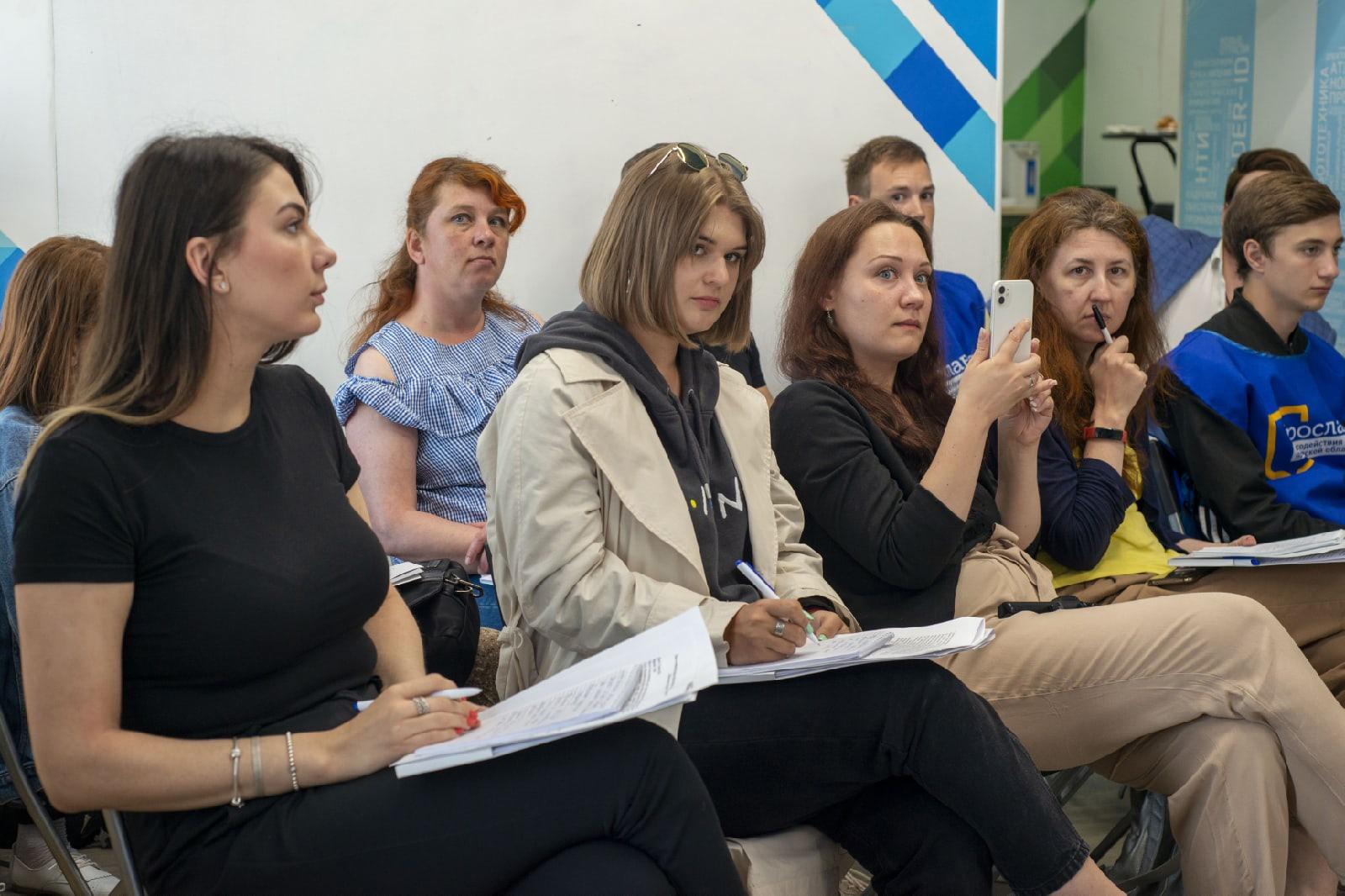 Почти 29 тысяч жителей области приняли в «мобильной приемной» Лариса Ушакова и Андрей Коваленко