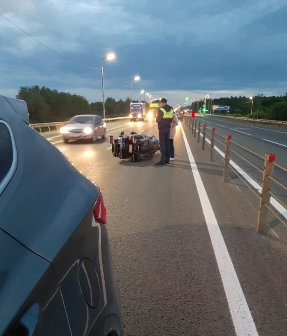 Занесло на куриных потрохах: в Ярославской области в аварии сильно пострадали мотоциклисты