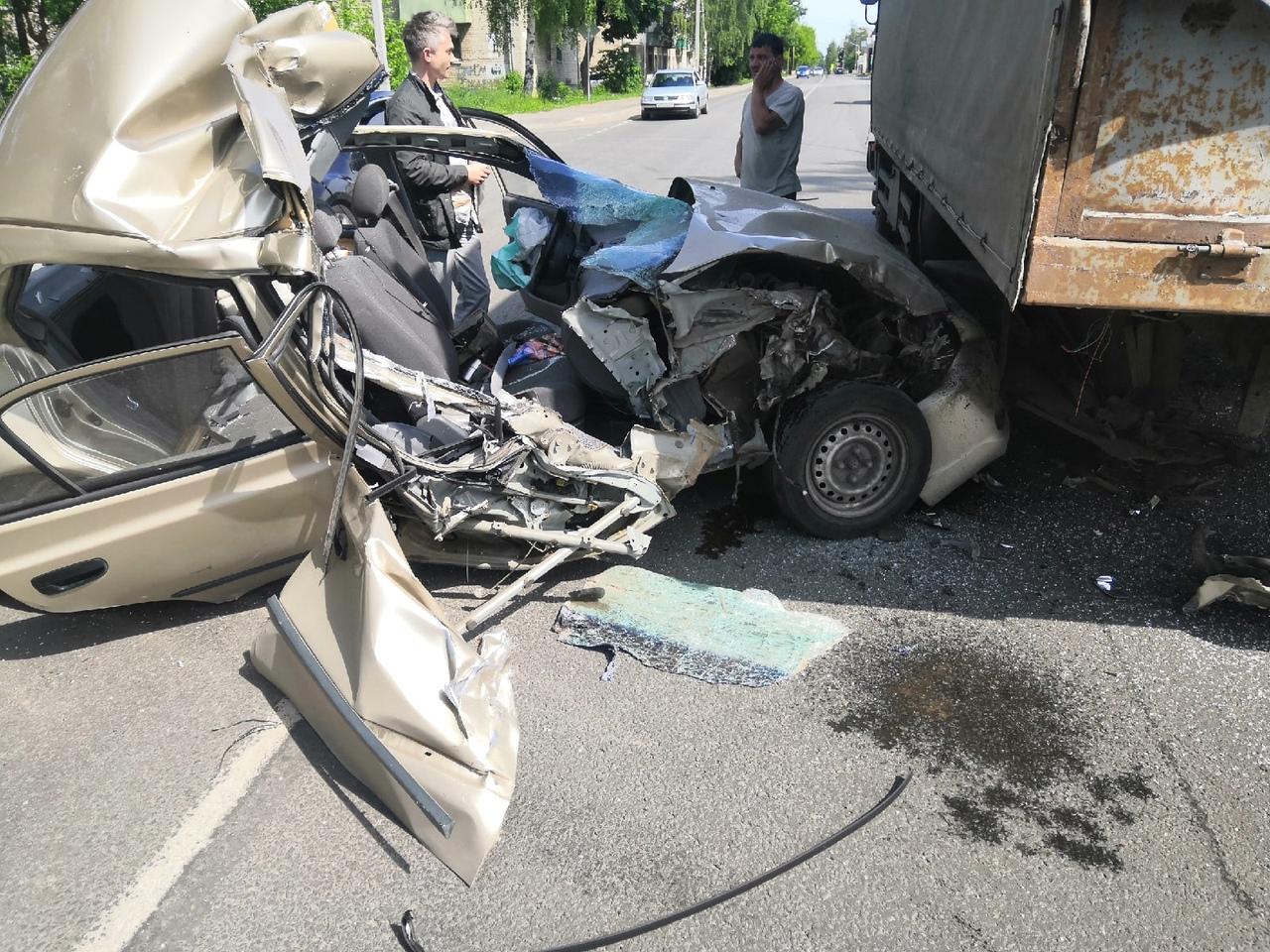 В Рыбинске иномарку смяло после столкновения с грузовиком: водителя госпитализировали