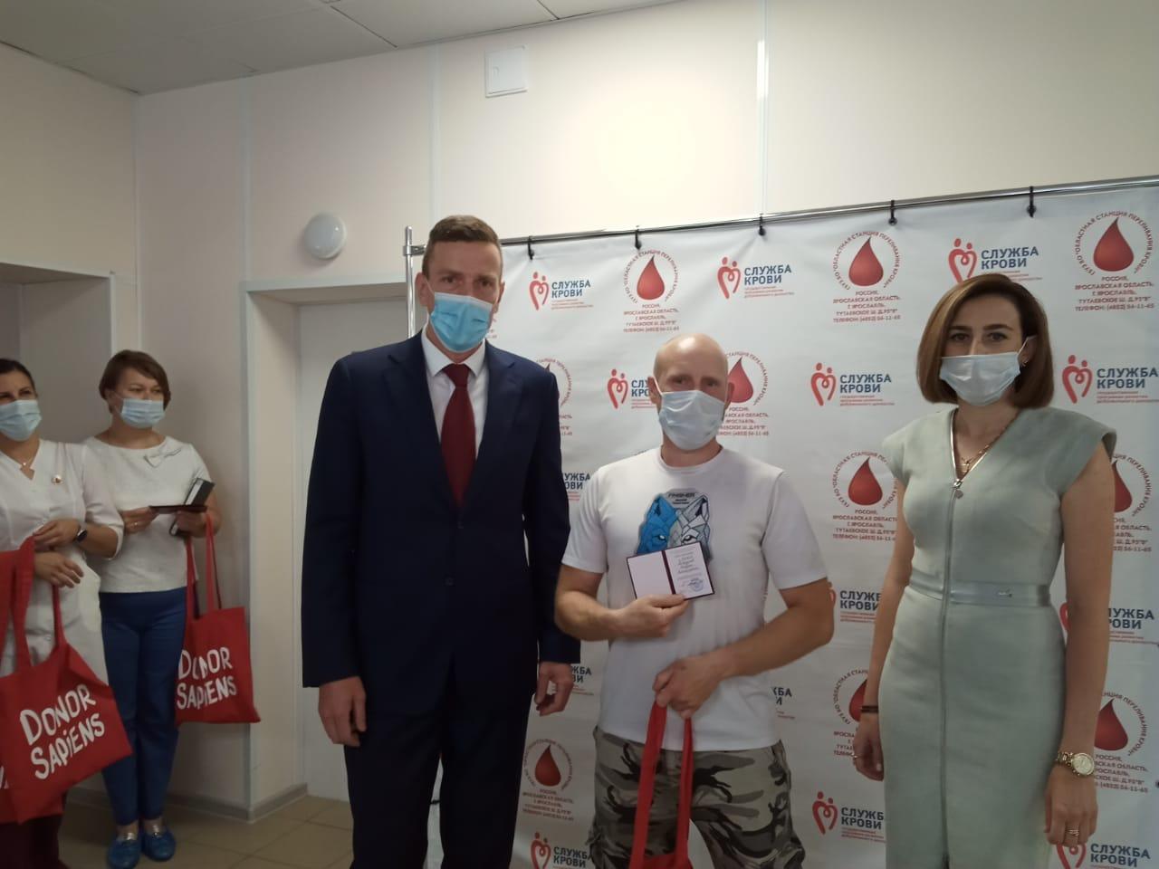 Почетные доноры в Ярославской области получили грамоты и подарки